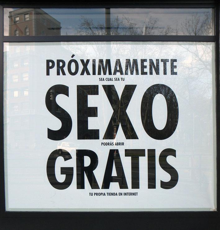 Coming soon. Publicidad para ver de lejos. Fotografía tomada en Bilbao. 2011.